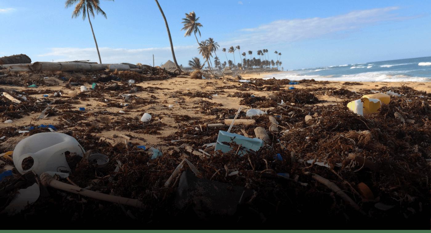 Plastikabfall an einem sonnigen Strand